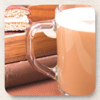 Porta Copos Caneca de vidro com chocolate quente e biscoitos
