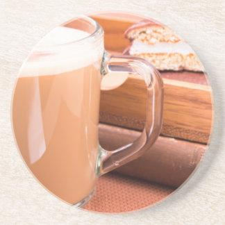Porta-copos Caneca de vidro com chocolate quente e biscoitos