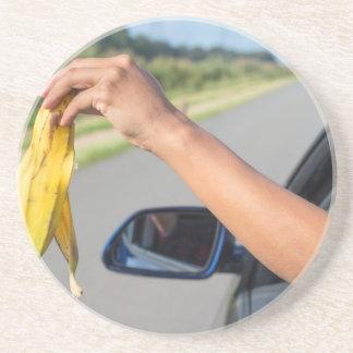 Porta-copos Casca deixando cair do braço da janela de carro da