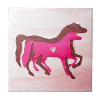 Porta copos cor-de-rosa projetada mão do azulejo