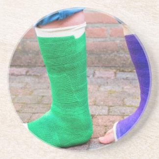 Porta-copos Criança ereta com dois pés coloridos da gipsita