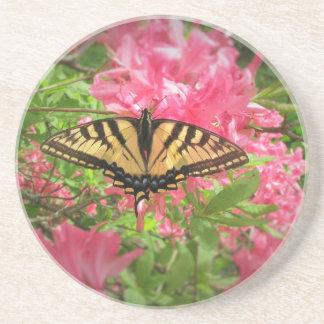 Porta-copos De Arenito A borboleta de Swallowtail senta-se em azáleas