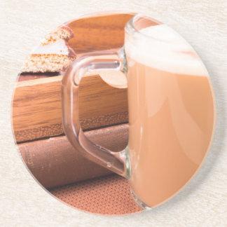Porta-copos De Arenito Caneca de vidro com chocolate quente e biscoitos