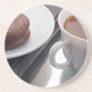 Porta-copos De Arenito Copo branco com cacau e o biscoito com cobertura