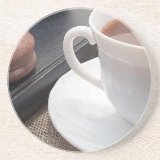 Porta-copos De Arenito Copo branco do cacau quente e de um biscoito do