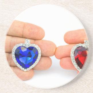 Porta-copos De Arenito Dois corações da jóia na mão do homem e da mulher