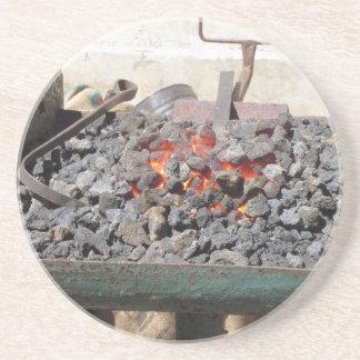 Porta-copos De Arenito Fornalha antiquado do ferreiro. Carvões ardentes