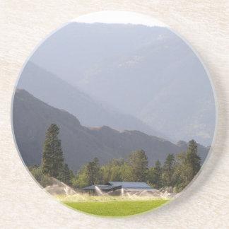 Porta-copos De Arenito Irrigação do Hayfield nas montanhas de BC