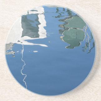 Porta-copos De Arenito O barco de pesca reflete na água