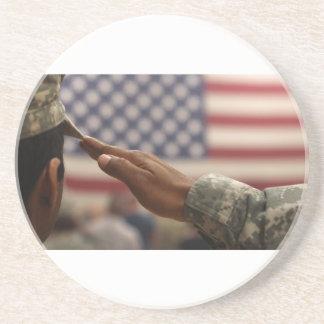 Porta-copos De Arenito O soldado sauda a bandeira dos Estados Unidos