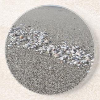 Porta-copos De Arenito Os Seashells no verão da areia encalham a opinião