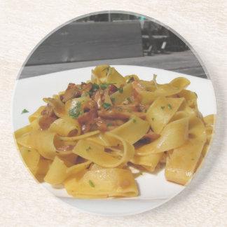 Porta-copos De Arenito Pappardelle com os cogumelos na mesa exterior