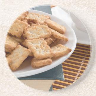 Porta-copos De Arenito Placa branca com os biscoitos no livro velho