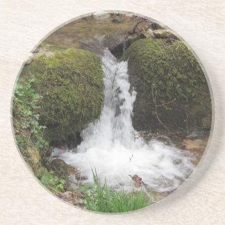 Porta-copos De Arenito Pouca cachoeira por rochas mossy na floresta