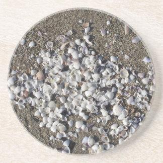 Porta-copos De Arenito Seashells na areia. Fundo da praia do verão