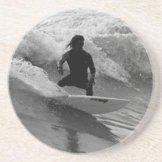 Porta-copos De Arenito Surfando o Grayscale das ondas