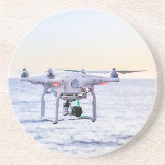 Porta-copos De Arenito Zangão do vôo na costa acima do mar