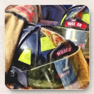 Porta-copos Dois capacetes do fogo e jaqueta do bombeiro