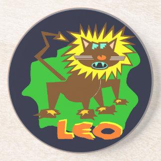 Porta copos engraçada do arenito do leão do sinal