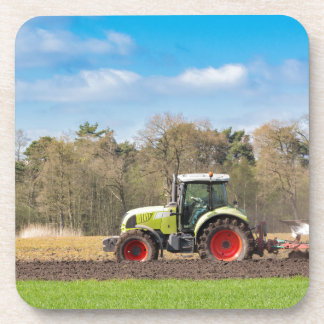 Porta Copos Fazendeiro no trator que ara o solo arenoso no