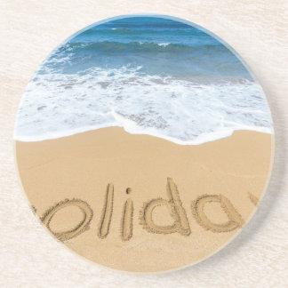 Porta-copos Feriado da palavra escrito na areia na praia