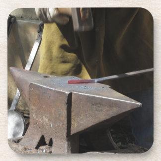 Porta-copos Ferreiro que forja manualmente o metal derretido