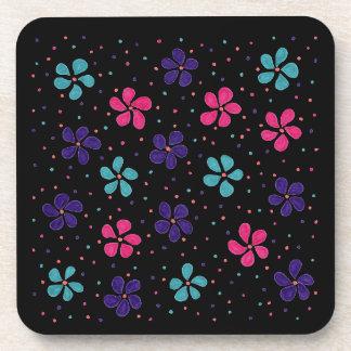 Porta-copos Flores e teste padrão de pontos no fundo preto