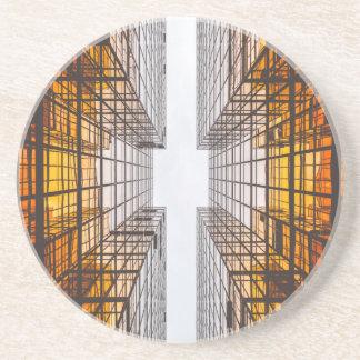 Porta-copos janelas das construções da fachada da arquitetura