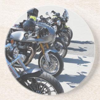 Porta-copos Motocicletas estacionadas na fileira no asfalto