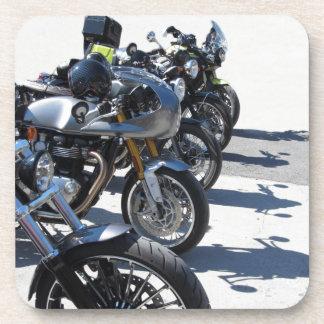 Porta Copos Motocicletas estacionadas na fileira no asfalto