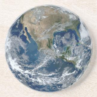 Porta-copos Terra do planeta do espaço com nuvens