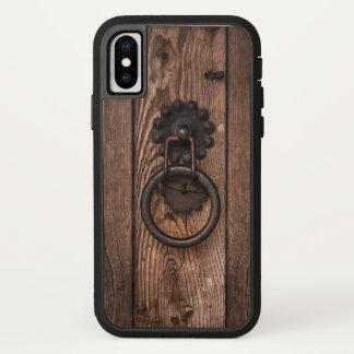 Porta de madeira com capa de telefone da aldrava