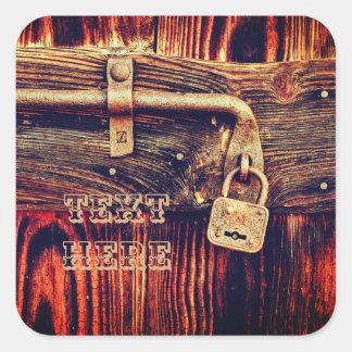 Porta de madeira com etiqueta de bronze do