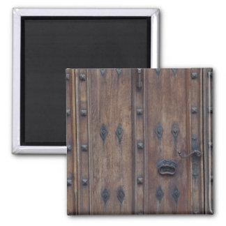Porta de madeira espanhola velha com parafusos ímã quadrado