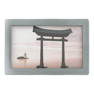Porta de Torii do japonês em um santuário
