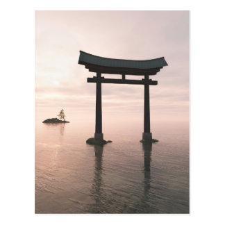 Porta de Torii do japonês em um santuário Cartão Postal