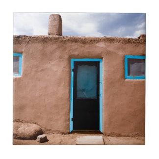 Porta de turquesa da casa do povoado indígeno de