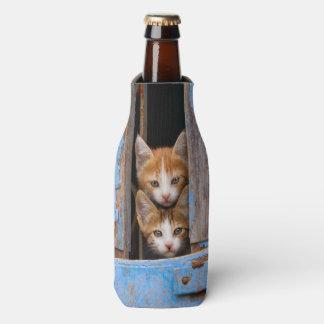 Porta-garrafa Amigos bonitos dos gatinhos do gato em uma janela