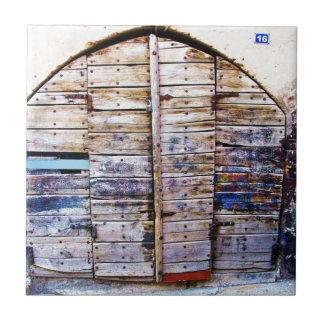 Porta grega de madeira do vintage velho, piscina