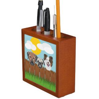 Porta Lápis Cães afortunados da ilustração em uma cerca de