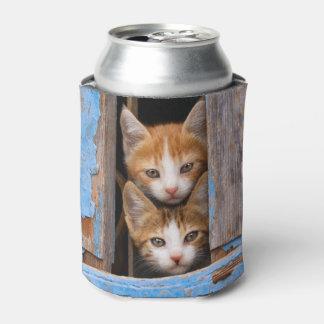 Porta-lata Gatinhos bonitos do gato em uma janela azul do