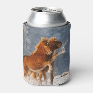 Porta-lata Jogo islandês do potro dos cavalos na neve -
