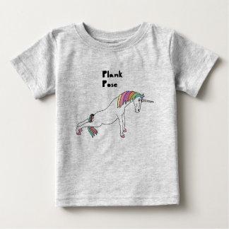 Pose da prancha do unicórnio da ioga camiseta para bebê