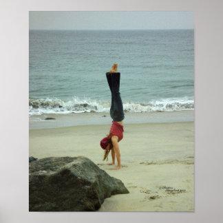 Poster do oceano do handstand da mulher