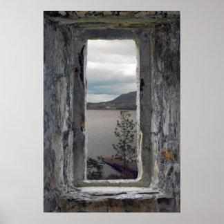 Pôster Janela de pedra falsificada com vista do Loch