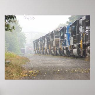 Poster Locomotivas do trem de estrada de ferro na névoa