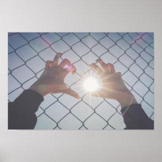 Pôster Mãos do refugiado na cerca
