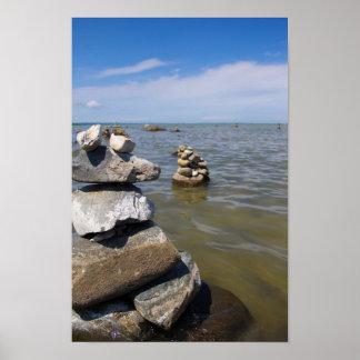 Poster Montes de pedras da rocha na baía transversal,