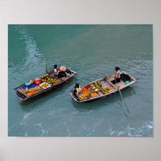 Pôster Mulheres vietnamianas nos barcos com frutas de