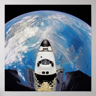 Pôster Órbita de terra de Atlantis do vaivém espacial da